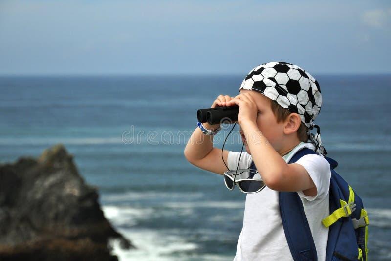 Erforschenlandschaft Des Kleinen Jungen Seemit Binokeln Stockbilder