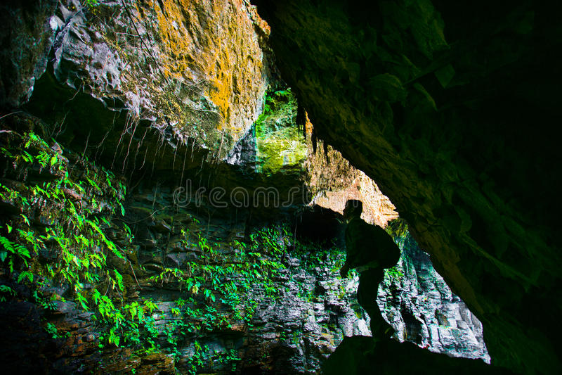 Erforschung der Höhle stockbild