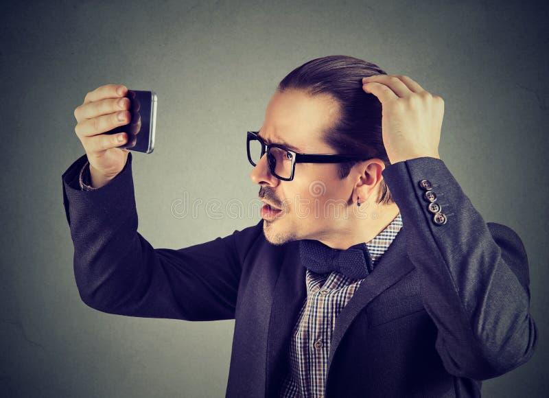 Erforschungshaargesundheit des formalen Mannes stockbild