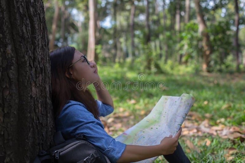 Erforschungskarte des stilvollen Hippie-Reisenden am sonnigen Wald und See in den Bergen gestalten landschaftlich stockfotografie