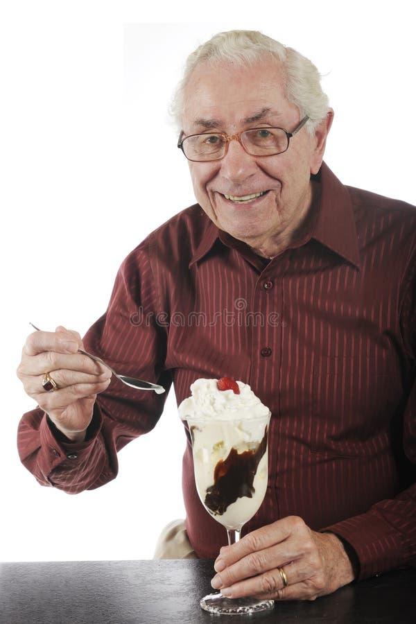 Erfreut worden mit Eiscremebecher lizenzfreies stockfoto