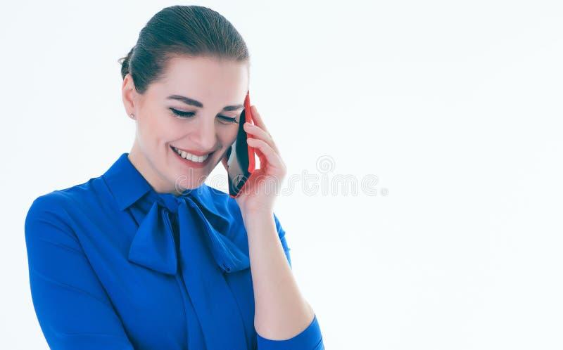 Erfreutes weibliches Vertreter der Immobilien, das am Handy spricht Lokalisiert auf Weiß lizenzfreie stockfotografie