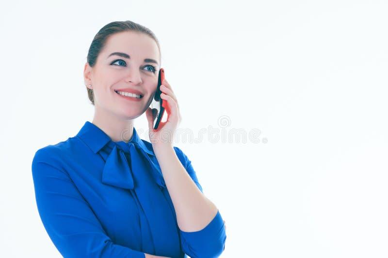 Erfreutes weibliches Vertreter der Immobilien, das am Handy spricht Lokalisiert auf Weiß stockfoto