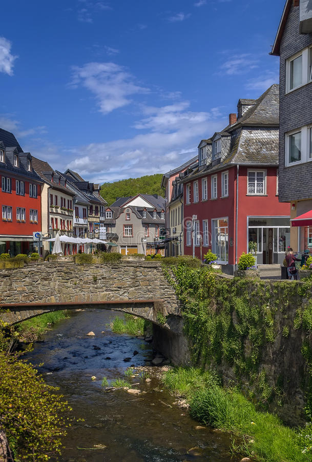 Erft flod i dåliga Munstereifel, Tyskland arkivfoto