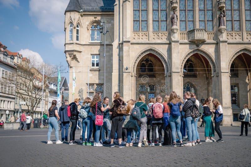 Erfurt, Alemania 7 de abril de 2019 Excursi?n del grupo de la escuela en el centro de ciudad fotografía de archivo