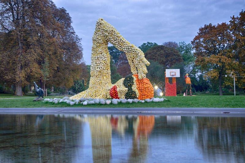 Erfurt, Alemania 14 de octubre de 2016 Las figuras del nadador y del basketballer hicieron de calabazas fotos de archivo