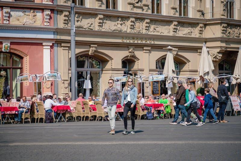 Erfurt, Germania 7 aprile 2019 Giovani coppie romantiche che tengono mano e che camminano nel centro urbano immagine stock libera da diritti