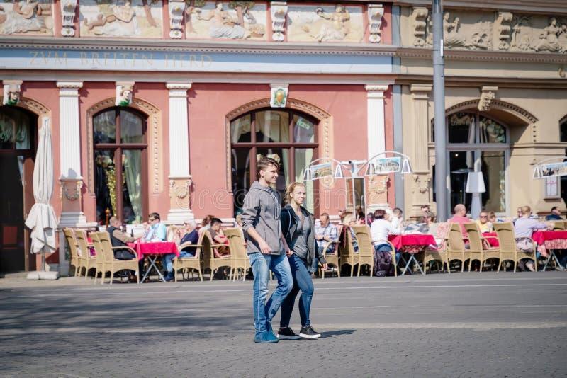 Erfurt, Germania 7 aprile 2019 Giovani coppie romantiche che tengono mano e che camminano nel centro urbano fotografia stock