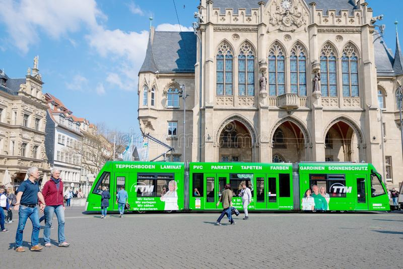 Erfurt, Niemcy Kwiecie? 7, 2019 Pi?kna stara architektura i nowo?ytny zielony tramwaj w centrum miasta obraz royalty free