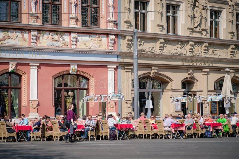 Erfurt, Niemcy Kwiecie? 7, 2019 Uliczna kawiarnia w centrum miasta zdjęcie stock