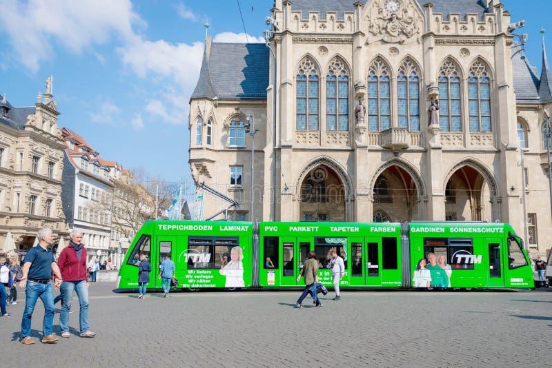 Erfurt Tyskland April 7, 2019 H?rlig gammal arkitektur och en modern gr?n sp?rvagn i centret royaltyfri bild