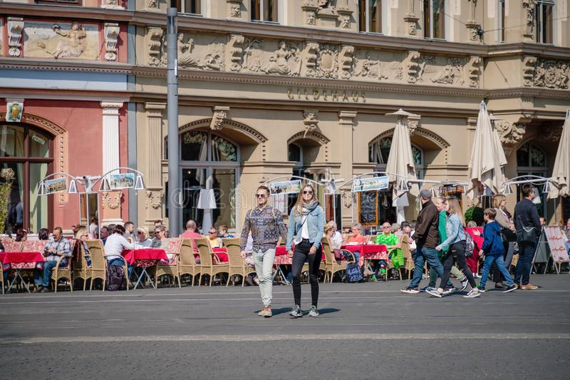Erfurt Tyskland April 7, 2019 Romantiska unga par som rymmer handen och går i centret royaltyfri bild