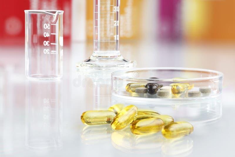 Ergänzt Vitamine Pillen lokalisiertes Omega 3 stockfotos