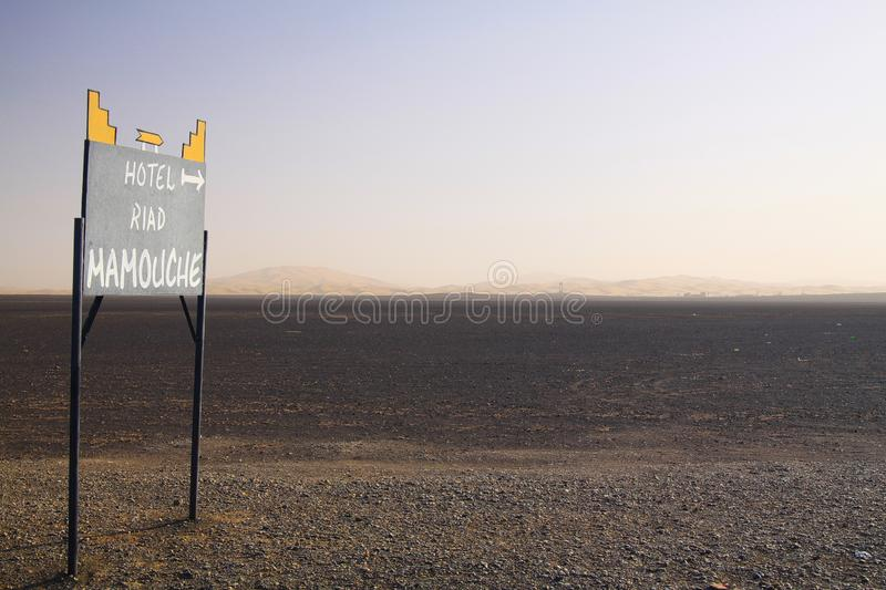 ERG CHEBBI ΣΑΧΆΡΑ, ΜΑΡΌΚΟ - 25 ΣΕΠΤΕΜΒΡΊΟΥ 2011: Χαμένα απομονωμένα οδικά σημάδια στο έδαφος ερήμων αποβλήτων με τον ατελείωτο ορ στοκ φωτογραφία με δικαίωμα ελεύθερης χρήσης