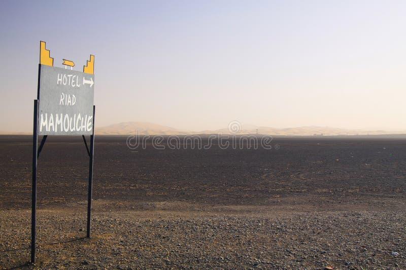 ERG CHEBBI DE SAHARA, MAROKKO - SEPTEMBER 25 2011: Verloren geïsoleerde verkeersteken in het land van de afvalwoestijn met eindel royalty-vrije stock fotografie