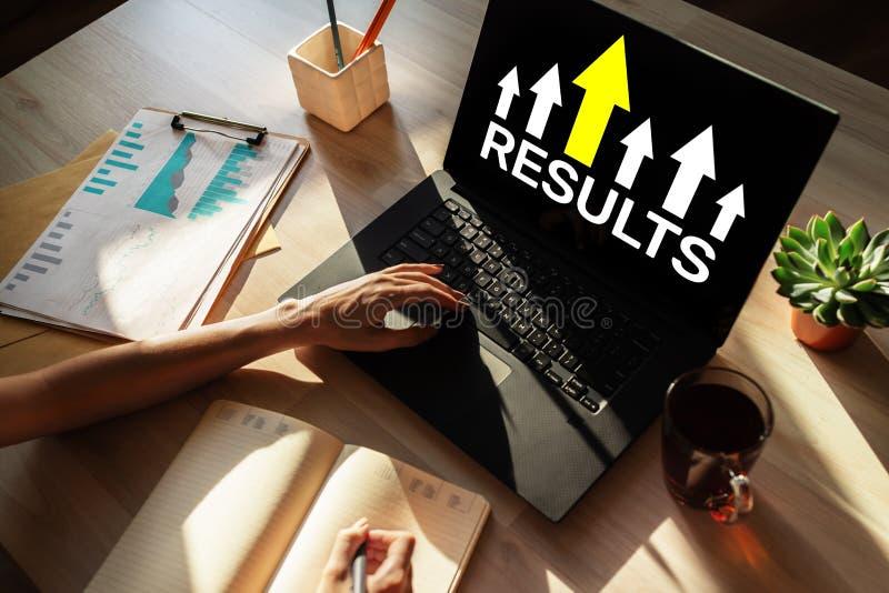 Ergebniswachstumspfeil auf Schirm Geschäft und persönliches Entwicklungskonzept stockfoto