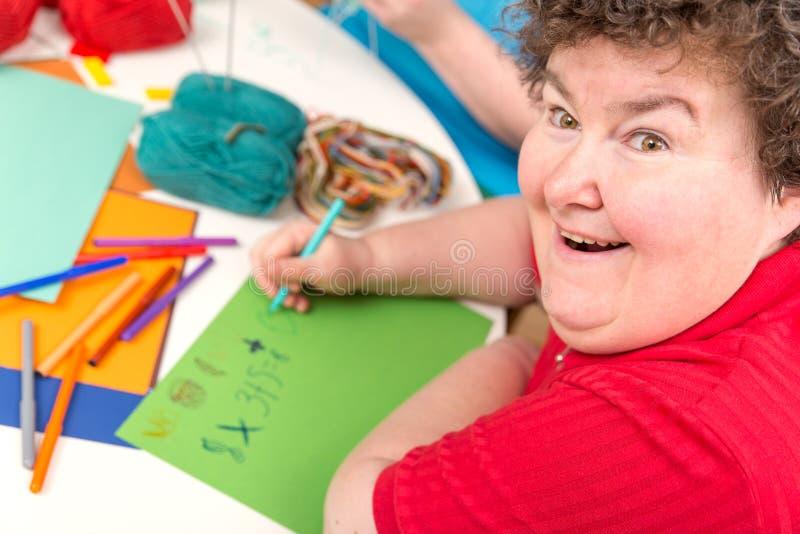 Ergothérapie avec d'a la femme handicapée mentalement - image libre de droits