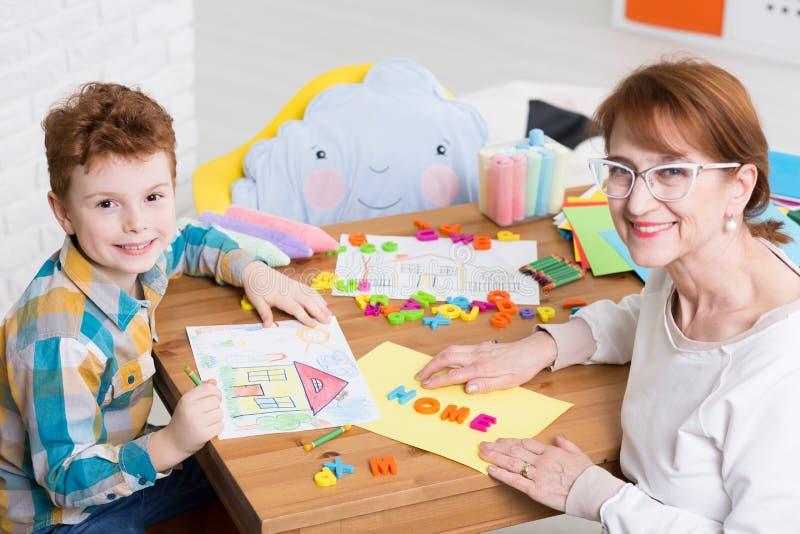 Ergothérapiste et enfant avec l'adhd image stock