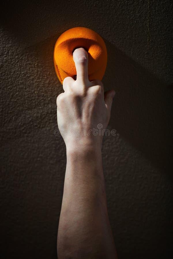 Ergreifender Griff des Kletterers mit einem Finger stockbild
