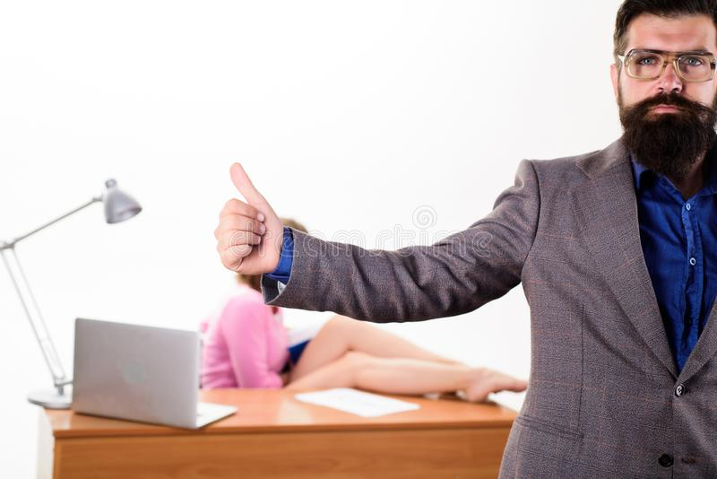 Erhållande godkännande från hans chef Skäggig man som visar tummar upp godkännandegest Brutal hipster som gör en gest godkännande arkivfoto
