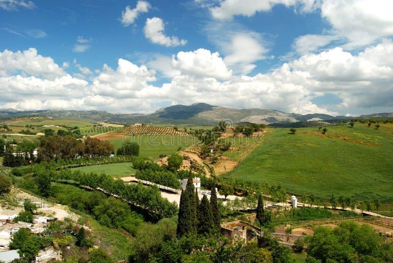 Erhöhte Ansicht über Ackerland und die Landschaft in Richtung zu den Bergen, Ronda, Spanien stockbilder