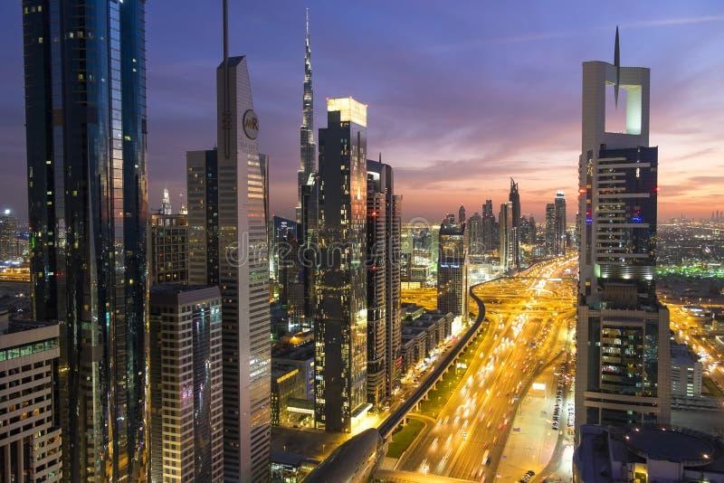 Erhöhte Ansicht an der Dämmerung über Dubai u. Sheikh Zayed Road lizenzfreies stockfoto
