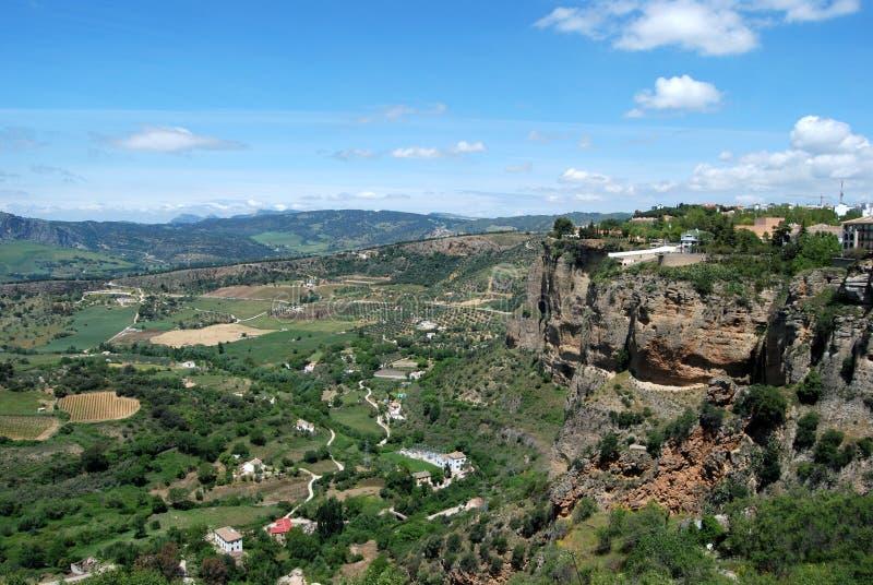 Erhöhte Ansicht der Landschaft mit einem Standpunkt rechts, Ronda, Spanien stockbilder