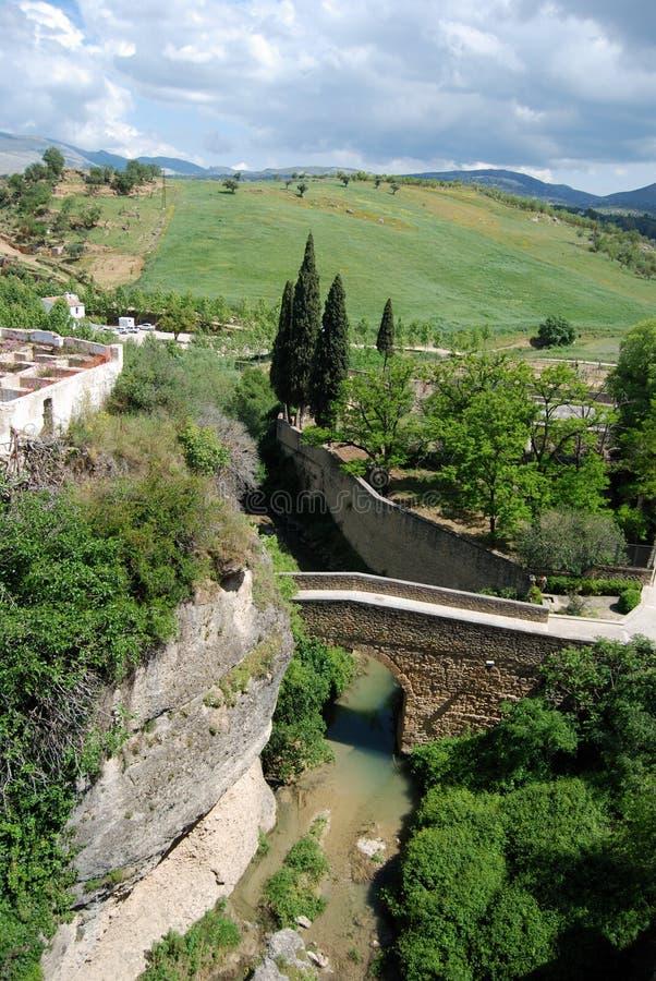 Erhöhte Ansicht der San Miguel Brücke, welche die Schlucht mit Ansichten in Richtung zur Landschaft, Ronda, Spanien kreuzt stockbild