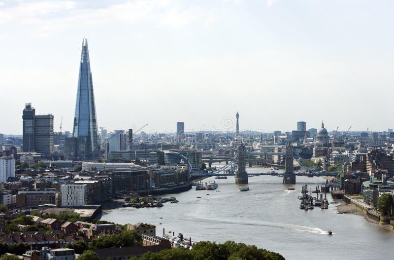 Erhöhte Ansicht der Turm-Brücke, der Scherbe und des St. Pauls in London lizenzfreie stockfotografie