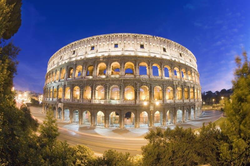 Erhöhte Ansicht des Colosseum an der Dämmerung lizenzfreie stockbilder