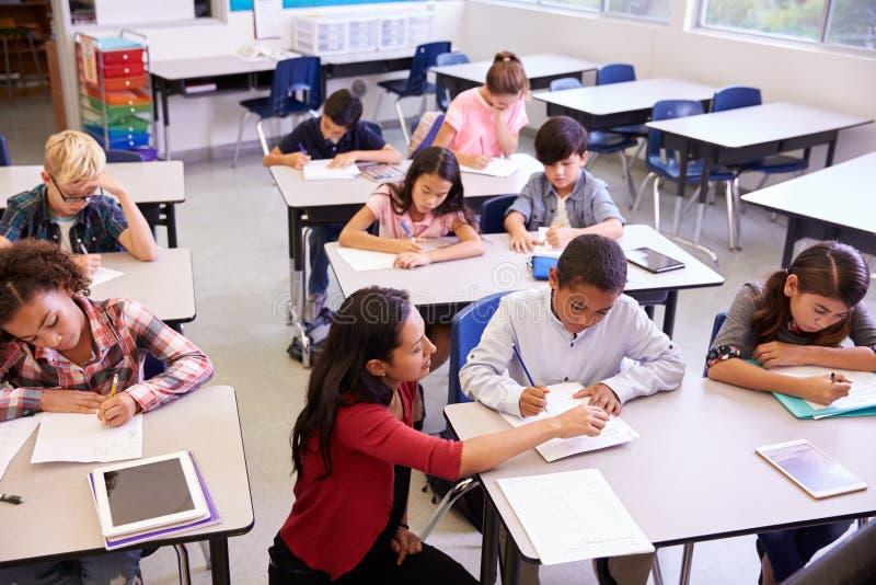 Erhöhte Ansicht des Lehrers und der Klasse der Volksschule scherzt lizenzfreie stockfotos