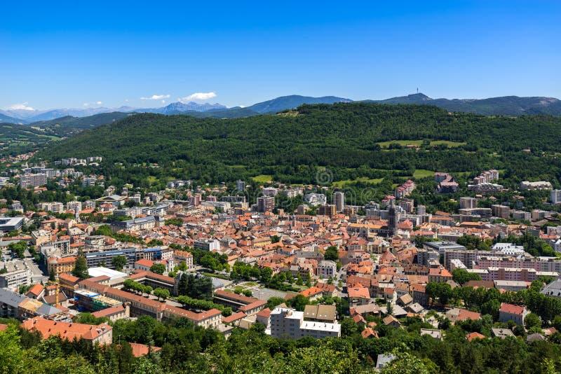 Erhöhte Ansicht in Sommer der Stadt von Gap in Hautes-Albes Alpen, Frankreich lizenzfreie stockbilder