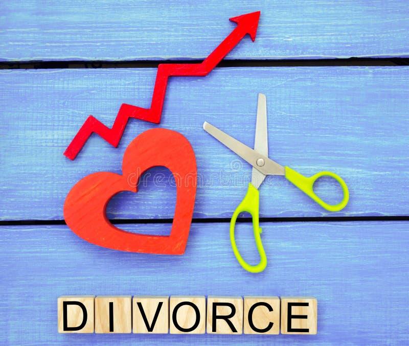 Erhöhte Ehescheidungsziffern Probleme der Moderne das Aufschrift ` Scheidung ` und das Rot herauf Pfeil Scherenschnittherz breche lizenzfreie stockfotos