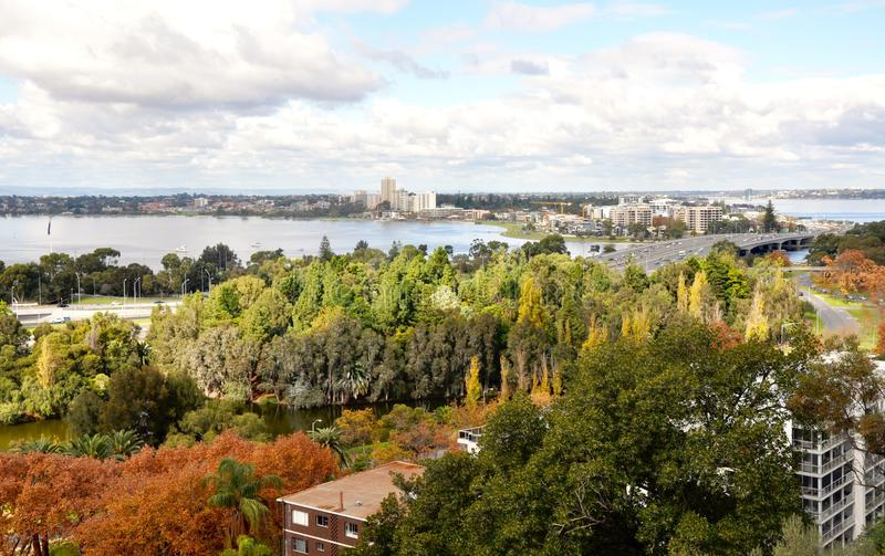 Erhöhte Süd-Perth-Ansicht und Schwan-Fluss: West-Australien lizenzfreies stockbild