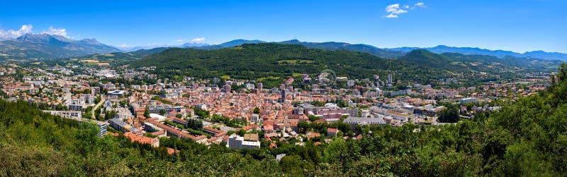 Erhöhter Panoramablick der Stadt von Gap im Hautes-Albes im Sommer Alpen, Frankreich stockfotos