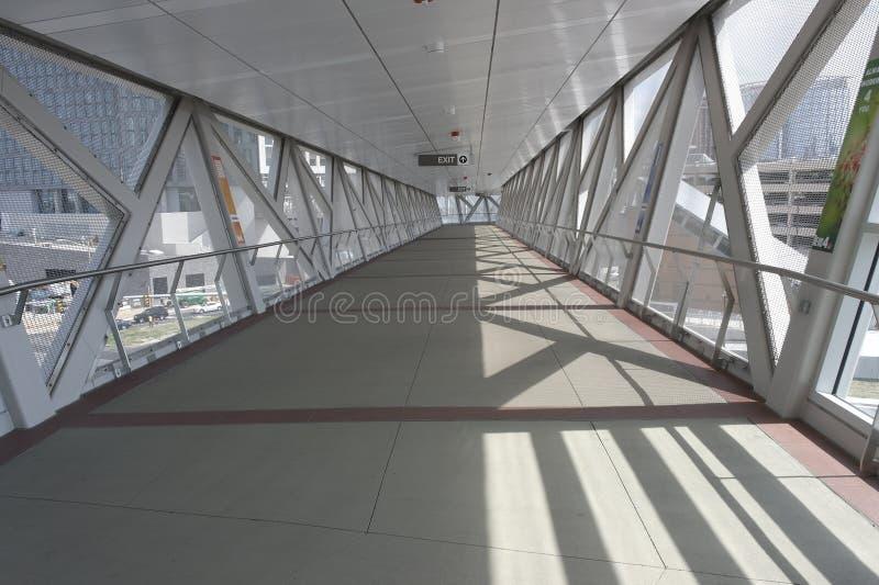 Erhöhtes Fußgänger-skywalk zwischen Gebäuden stockbilder