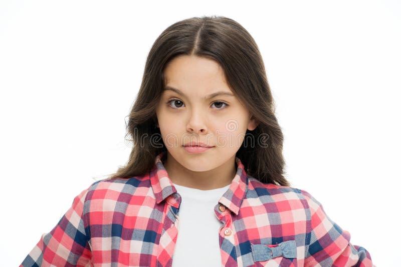 Erhöhungsaugenbraue des kleinen Mädchens lokalisiert auf Weiß Überzeugtes Kind mit dem langen Brunettehaar Friseursalon für Entwi lizenzfreie stockfotos
