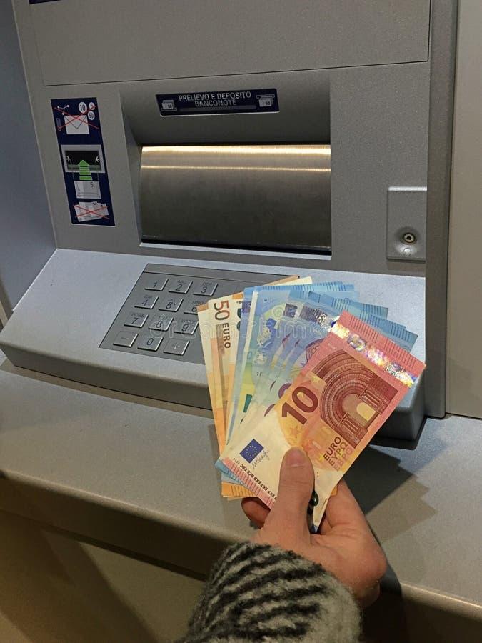 Erhalten des Geldes am ATM lizenzfreie stockfotografie