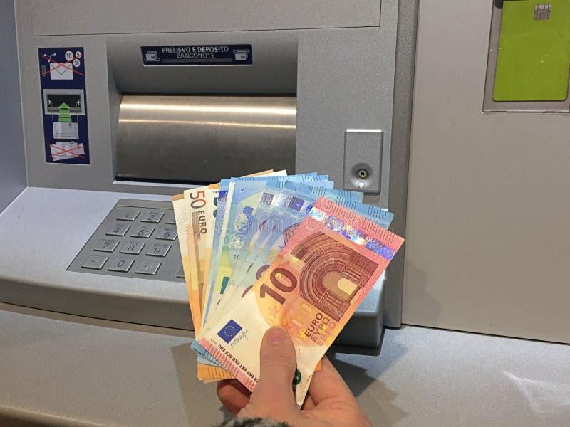 Erhalten des Geldes am ATM lizenzfreie stockbilder
