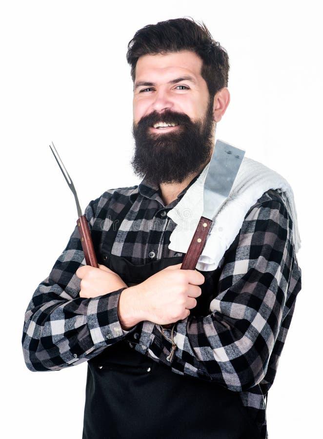 Erhalten einer kompletten grillenden Erfahrung Bärtiger Mannholdinggrill, der Werkzeuge grillt Glücklicher Hippie, der Metalldas  lizenzfreies stockfoto