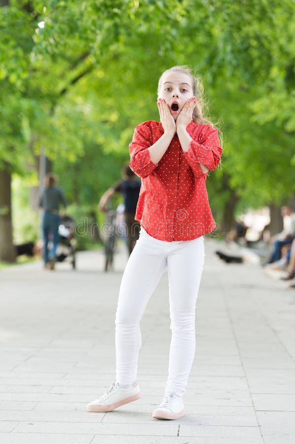 Erhalten einer schockierenden Überraschung Überraschtes kleines Kind mit entzückendem stilvollem Blick Wenig Mädchen mit dem lang lizenzfreies stockbild