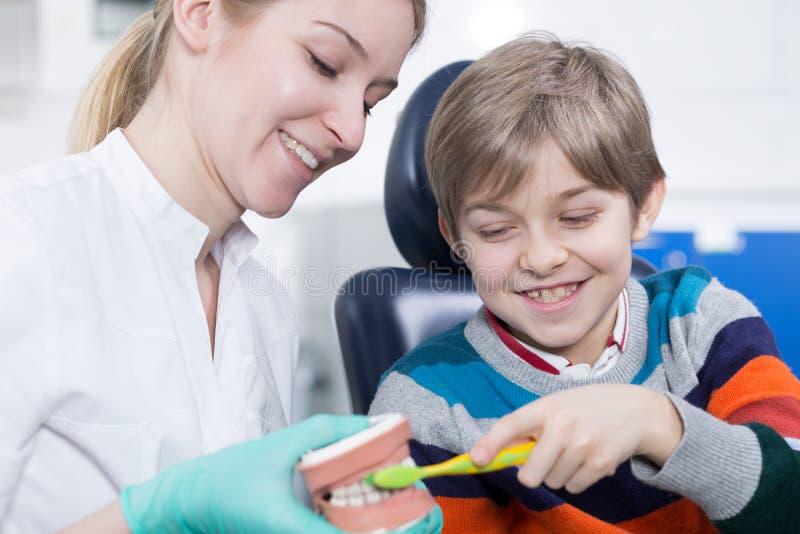 Erhalten vertraut mit dem Büro eines Zahnarztes lizenzfreies stockfoto