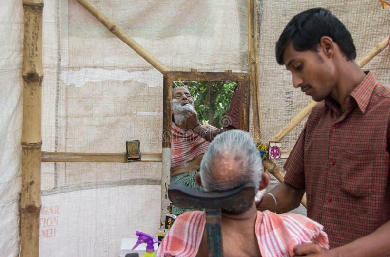Erhalten von einem Hairuct und von Rasur in Indien lizenzfreie stockbilder
