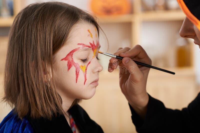 Erhalten von Halloween-Make-up lizenzfreie stockfotografie