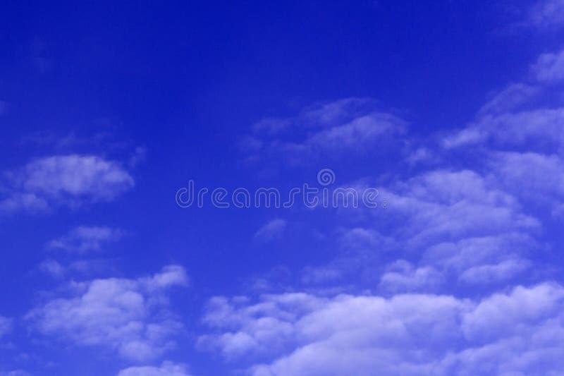 Erhellen Sie blauen Himmel mit multi Nacht der Wolken lizenzfreie stockfotos
