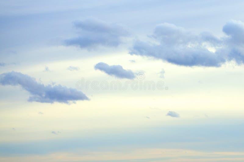 Erhellen Sie blauen Himmel mit weißer Wolke am Sommertag lizenzfreie stockfotos