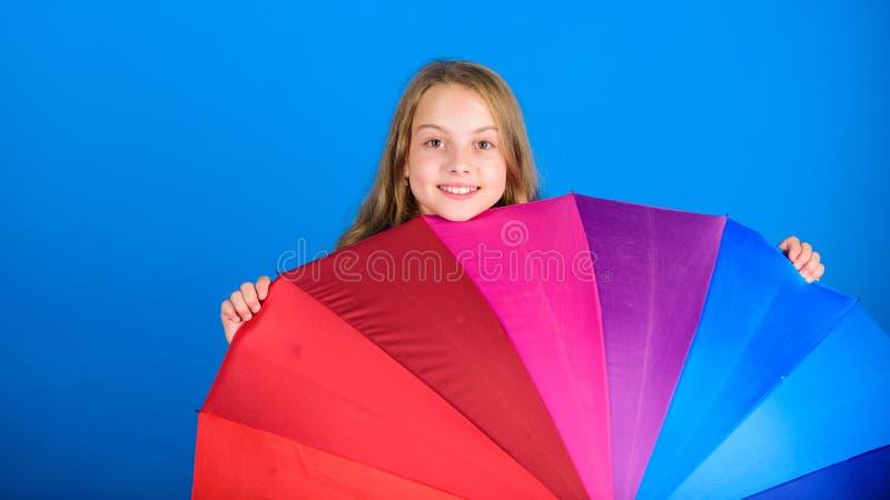 Erhellen Sie herauf das Leben Bunter Regenbogenregenschirm des Kinderflüchtigen blicks heraus Färben Sie Ihr Leben Nettes Fell de lizenzfreie stockfotos
