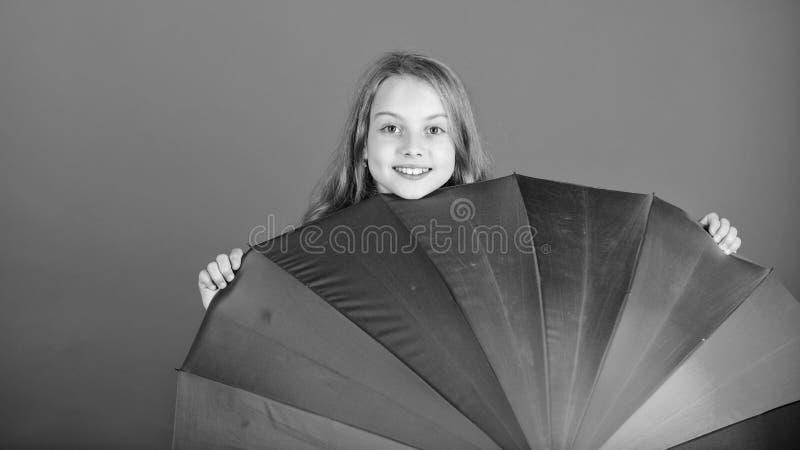 Erhellen Sie herauf das Leben Bunter Regenbogenregenschirm des Kinderfl?chtigen blicks heraus F?rben Sie Ihr Leben Nettes Fell de lizenzfreie stockfotos