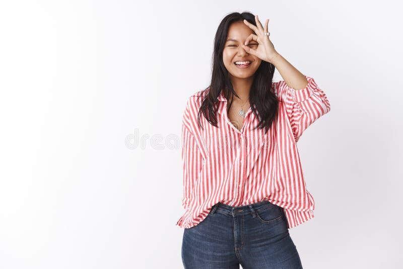 Erhellen Sie herauf Tag mit reinem Lachen und L?cheln Portr?t der sorglosen unterhaltenen und frohen jungen attraktiven asiatisch lizenzfreies stockbild