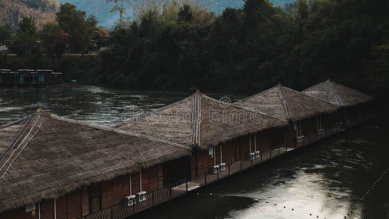 Erholungsort durch den Fluss lizenzfreies stockbild